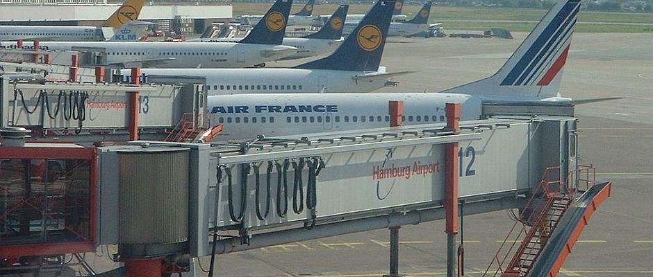 Bis Flugzeuge - wie hier in Hamburg - auch auf dem Berliner Flughafen BER zu sehen sind, können noch einige Monate vergehen.