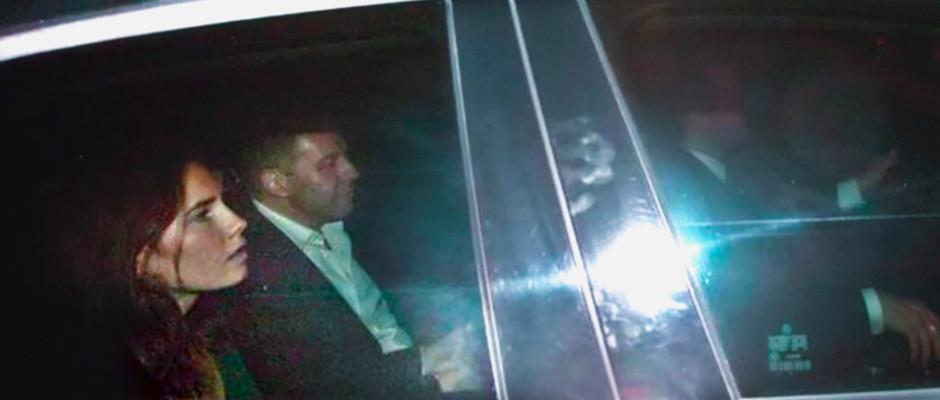 Amanda Knox in einem Auto.