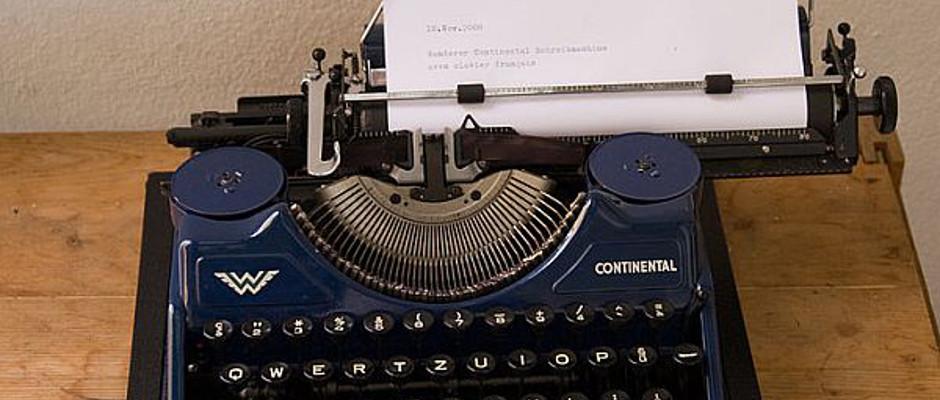 Das ist eine Schreibmaschine. Sie ist blau.
