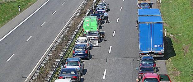 Diese Situation kennt wohl jeder Autofahrer. Nun hat der ADAC endlich die Ursachen zur Entstehung von Staus klären können.
