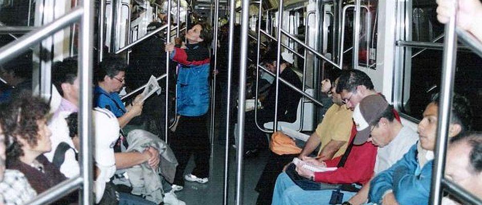 Erst nach langem Zögern entschied sich die Polizei dazu, Aufnahmen der Hamburger U-Bahnlinie U1 von gestern zu veröffentlichen. Es ist deutlich zu erkennen, dass weder die Fahrgäste links noch rechts im Bild Anstalten machen, auf ihr Gegenüber einzuprügeln.