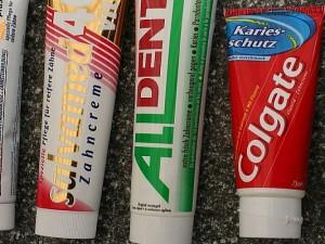 Binnen kürzester Zeit wurden allein auf dem Frankfurter Flughafen hunderte Zahnpastatuben sichergestellt. Auffällig häufig dabei und daher als besonders gefährlich eingtestuft ist die Dentagard (rechts im Bild).