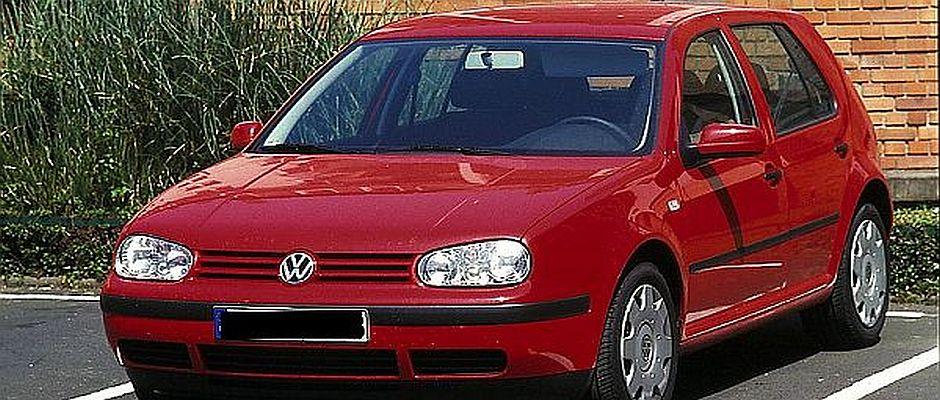 Bringt neuerdings Pech: Ein roter VW Golf 4 von rechts kommend.