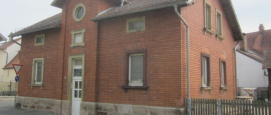 In diesem unauffälligen Haus in Bad Lausick spielte sich das Unfassbare ab. Mehr als 40 Tiere rettete die Polizei im April vor den Perversionen des angeklagten Rentners.
