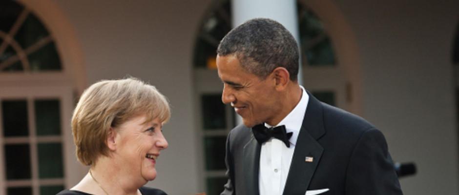 Barack Obama (rechts) freut sich sehr, dass die deutsche Kanzlerin der Bitte nachkam, zwecks Abhörmaßnahmen in die USA zu reisen.