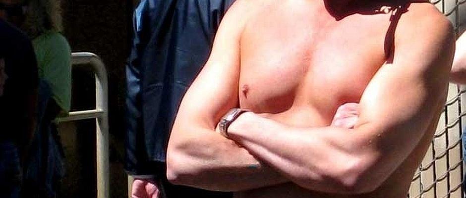 Männer sind mit dem Umfang ihrer Brüste voll zufrieden.