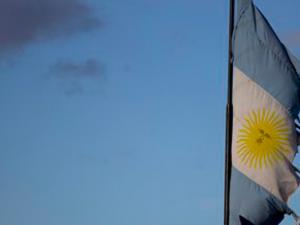 Nicht mal vor einer argentinischen Flagge haben die randalierenden Hedgefonds-Manager Halt gemacht.