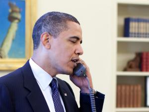 Manchmal hilft es, miteinander zu sprechen: Präsident Obama am Telefon (Symbolbild).