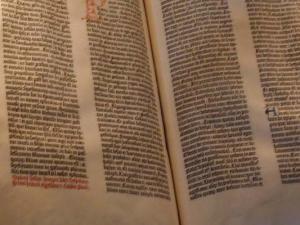 """Auch eine Gutenberg-Bibel findet sich in der Wohnung des Erlösers: """"Die ist einfach schön, aber gelesen habe ich die nie."""""""