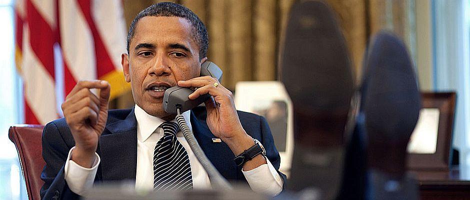 Präsident Barack Obama beim Versuch zu telefonieren.