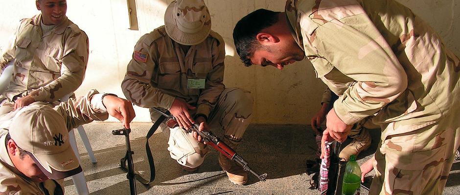 Kurdische Kämpfer der Peschmerga inspizieren ihre veralteten AK-47. Bald kommt Nachschub u.a. aus Deutschland.