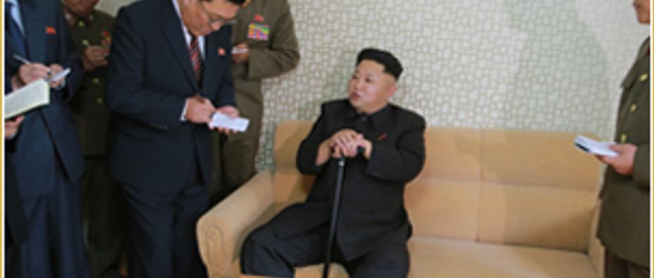 Der neue Doppelgänger von Kim Jong-un wurde heute Morgen der westlichen Öffentlichkeit präsentiert.Die neue Körperfülle macht ihm noch etwas zu schaffen, deshalb sitzt mit Stock auf dem Sofa.