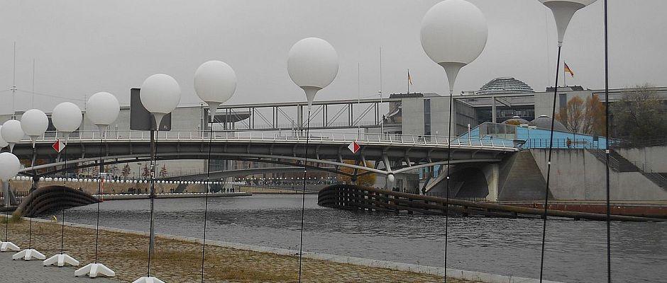 Alleine die insgesamt knapp 8.000 Ballons sollen Kosten in Millionenhöhe verursacht haben.