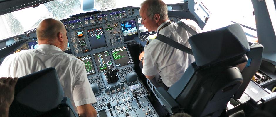 Zwei Piloten auf dem Weg zum Streik/zur Weihnachtsfeier.