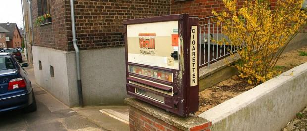 Zu diesem in der Nachbarschaft befindlichen Zigarettenautomat wollte der Mann angeblich nur schnell gehen - und tat es auch.