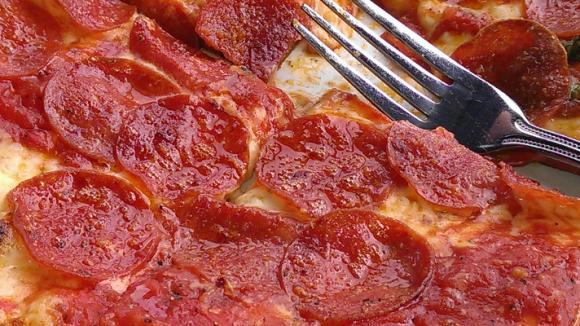 Sieht lecker aus - und ab morgen darf sie auch jeder legal selber machen und anbieten: Salamipizza.
