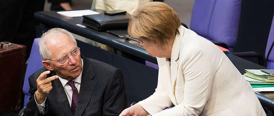 Freuen sich, endlich den unbeliebten Soli abschaffen zu können: Finanzminister Schäuble und Bundeskanzlerin Merkel