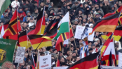 Ein paar Leute, die in Dresden demonstrieren.