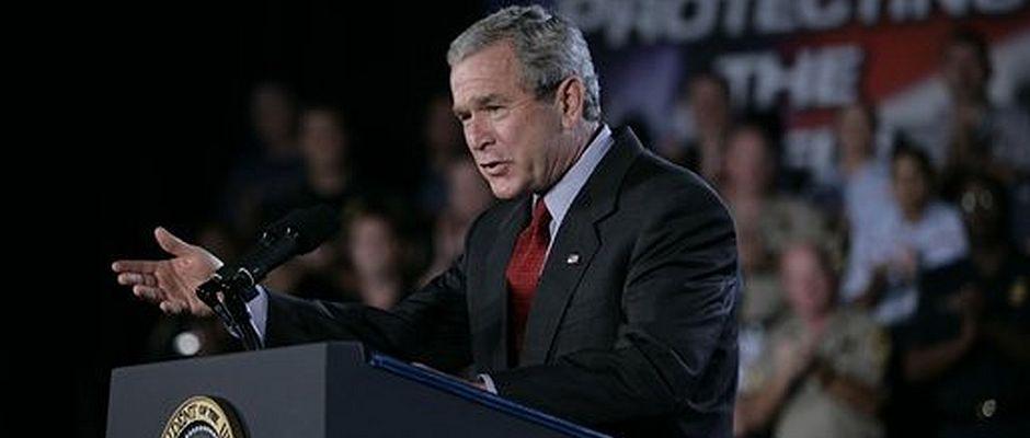 Bush während einer unfassbar peinlichen Rede aus dem Jahr 2005.