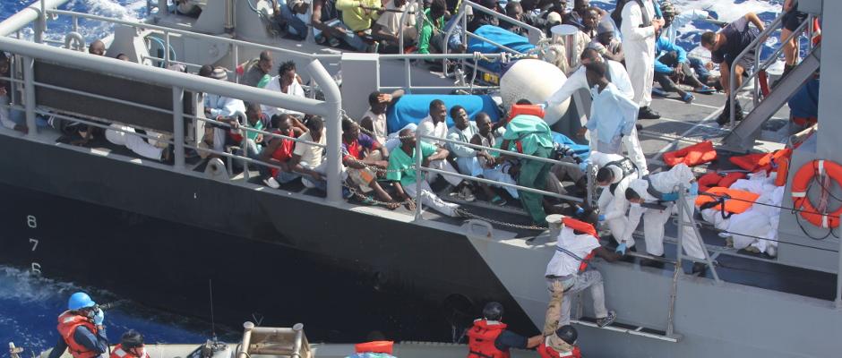 Immerhin: Um diese Flüchtlinge muss sich das Mittelmeer nicht weiter kümmern. Sie werden gerade von maltesischen Marineangehörigen besucht.