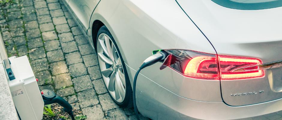 Weiterer Autoskandal: Tesla betankt nachts heimlich seine E-Autos mit Benzin
