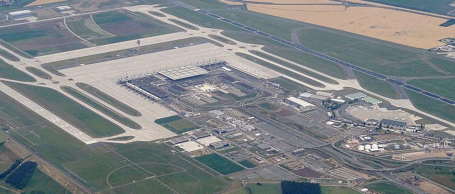 Noch steht hier ein großes Kunstprojekt, doch schon bald soll auf der Fläche in Berlin-Schönefeld ein neuer Flughafen entstehen.