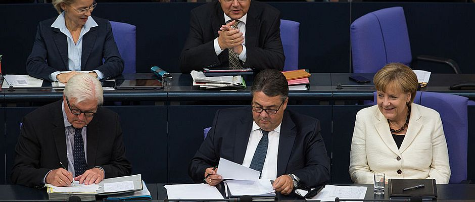 Reagieren sehr unterschiedlich auf die Auszeichnung. Von links nach rechts: Steinmeier, Gabriel und Merkel.