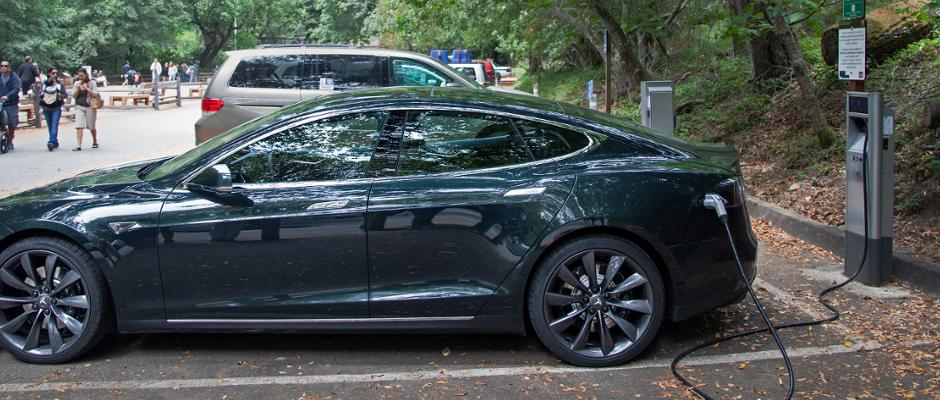 Leider nur Fake: Das Ladekabel dient bei Tesla-Modellen.