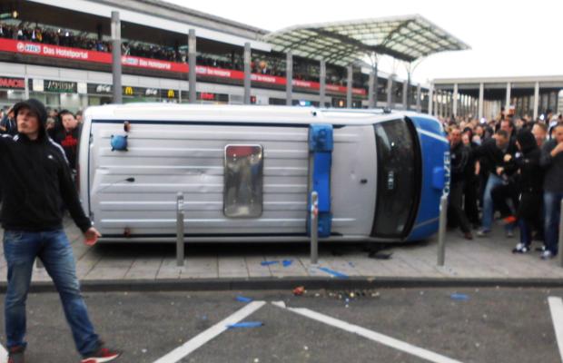Hooligans haben letztes Jahr in Köln gegen den weiteren Zuzug von Einwanderern demonstriert.