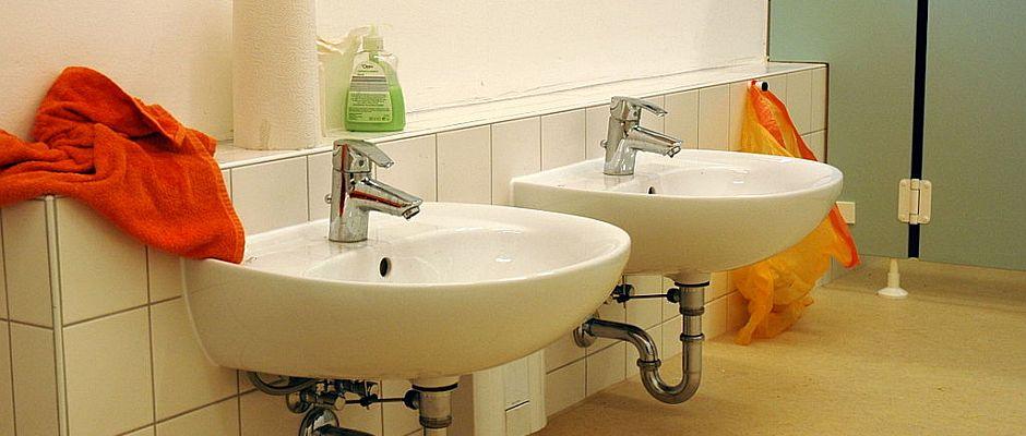 Ein herkömmliches Badezimmer mit gleich zwei Waschbecken. Doch wer denkt, dass diese auschließlich nach dem Toilettengang benutzt werden, irrt gewaltig.