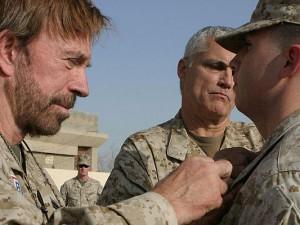 Chuck Norris (links) entfernt einem Soldaten das Abzeichen, nachdem dieser erfolglos einen Kampf geführt hat.