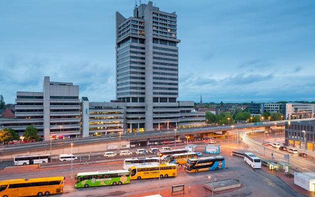 """ZOB central bus station Lister Tor high-rise Hanover Germany"" von ChristianSchd - Eigenes Werk. Lizenziert unter CC BY-SA 3.0 über Wikimedia Commons"