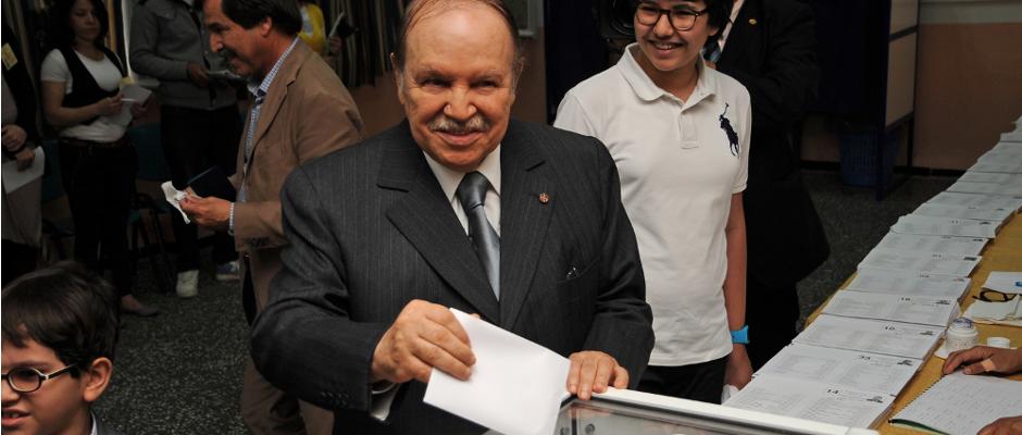 Algeriens Präsident Bouteflika bei seiner Stimmabgabe zur Wahl 2012. Dies soll eine der wenigen Gegenstimmen gewesen sein.
