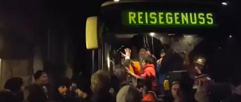 """Freundlich mit den vier wichtigsten deutschen Wörtern """"Wir sind das Volk"""" wurden die Flüchtlinge am vergangenen Donnerstag in Clausnitz Willkommen gehießen."""