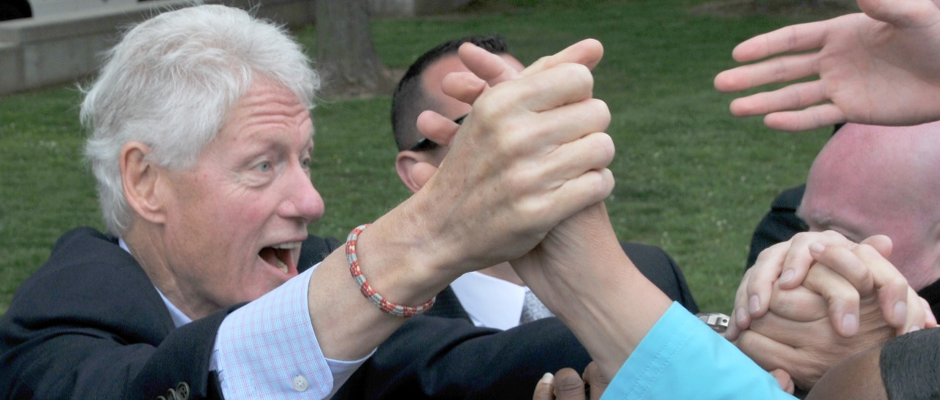 Bill Clinton lässt sich bejubeln: Seinem großen Ziel, mal mit der US-Präsidentin ins Bett zu gehen, ist er bedeutend näher gekommen.