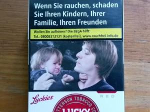 Der kleine Jonas (links) während des Fotoshootings für die neuen Schockfotos auf Zigarettenpackungen.