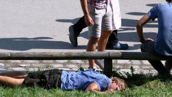Ein derzeit wieder häufig zu beobachtendes Bild auf und neben dem Oktoberfest: schlafende Personen.