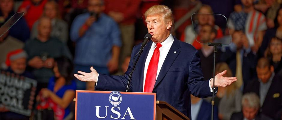 Donald Trump präsentierte stolz das neue Lebensmotto der USA.