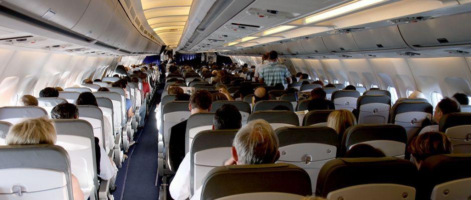 Soll es künftig aufgrund zu hoher Gefahr nicht mehr geben: Menschen an Bord eines Flugzeugs.