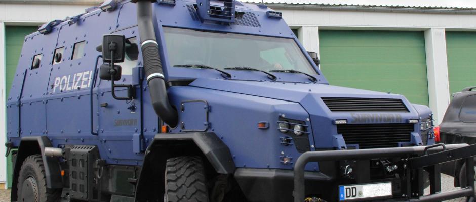 Viele Beobachter meinen mit Blick auf die derzeitige Debatte um die Sitzbezüge dieses Polizeipanzers, die Entanzifizierung Sachsens wäre höchste Zeit.